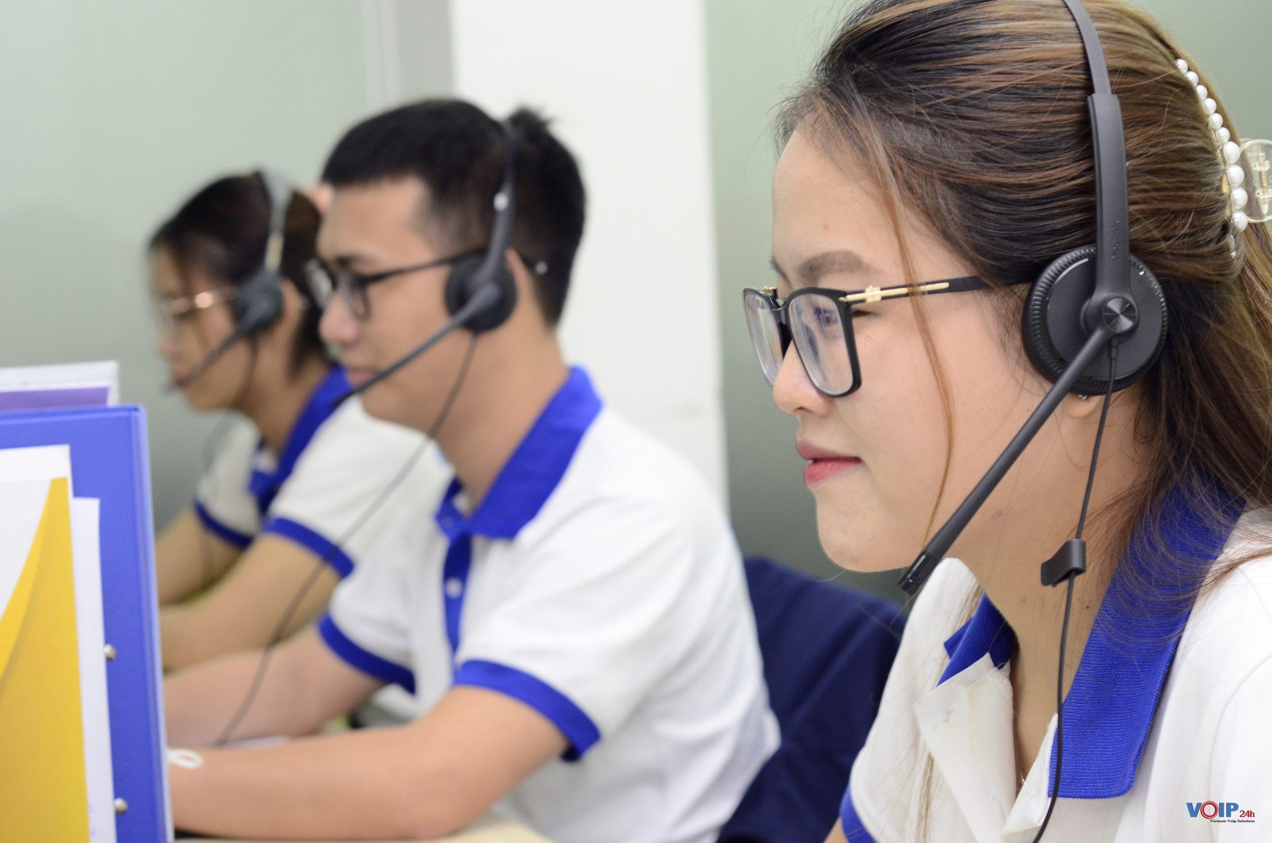 Nhân viên Telesales sử dụng Tai nghe UH34